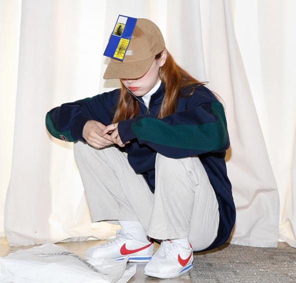 △Nike Cortez 這系列的鞋子再韓國可說是非常熱賣,年輕人都有啊~正因為復古的款式而受到喜愛,不管是哪個配色都被搶到爆!而且因為鞋型的關係,穿起來會讓腳看起來更小,內裡偷偷增高的關係,也能夠默默幫你拉長比例呢!