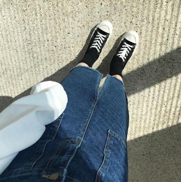 △EXCELSIOR餅乾鞋 這款餅乾鞋在今年爆紅,甚至連不少臉讚都有這雙鞋呢!因為鋸齒狀的底和渲頭做得很特別,在配上帆布鞋的造型,讓韓國人甚至是包色在買XDD配上制服也是非常適合,尤其摩登少女很喜歡它配上長襪的樣子,萌度+10000啊!