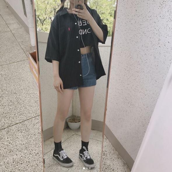 △Vans Old School 被譽為國民鞋款的Vans Old School,大到明星藝人,小至平凡的我們絕對都有!雖然是黑色款,沒有白色那麼好搭,但是依然有人氣,這款也是韓國女生拿來配制服最常見的鞋款之一喔!