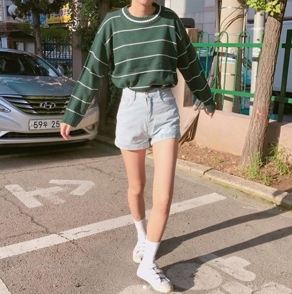 △魔鬼氈鞋 不少品牌都有出魔鬼氈的款式,但因為各個品牌都有人愛,所以摩登少女就不一一列舉啦!魔鬼氈款式在近幾年爆紅,韓國女生人腳一雙不誇張啊~穿起來可愛度大幅提升,配上制服真的是萌翻啊!