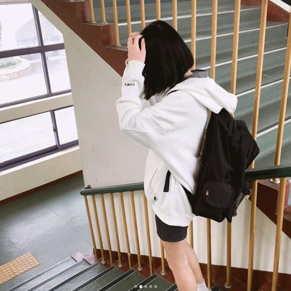 每天急忙上學,根本無心想穿搭,鞋子隨便抓,穿了就走,你是不是也這樣呢?摩登少女回想自己學生時期,好像真的是這樣,反正是搭制服,所以穿什麼都無所謂XDD但你這樣想可就跟不上韓國流行啦!韓國學生可是會選擇幾雙非常好搭的鞋子搭配制服,畢竟全身上下唯一和別人不一樣的也只有鞋子啦~趕快看看他們最常穿的鞋款是哪幾雙吧!