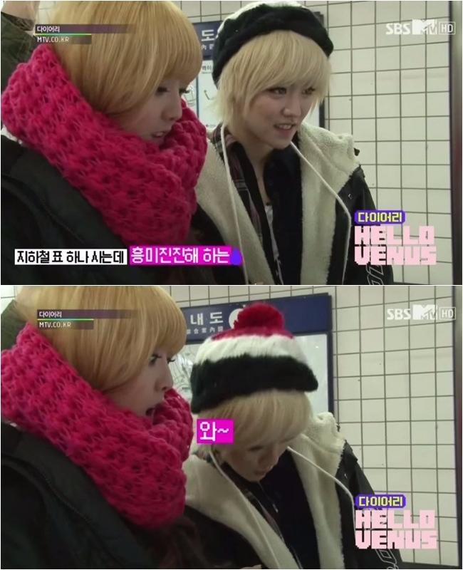 她就是Hello Venus的前成員Yoon-Jo(胤祖),過去在實境節目上就曾出現過她因為成員「投幣買地鐵券」而驚訝的樣子,身旁的成員還訝異的問她「妳沒有搭過地鐵嗎?」