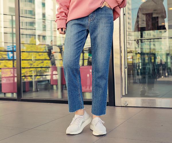 #淺色牛仔褲兩側需刷深 淺色牛仔褲當然不是不能穿,但是挑選淺色牛仔褲可是有一定的學問。挑選大腿內外色刷深的款式,中間則是刷淡,利用視覺差製造出腿部的纖細度。