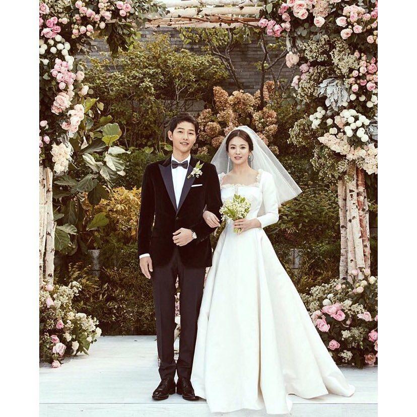 兩人的婚姻大事也是大眾所關心的焦點,雖然婚禮當天不對外開放但仍然有媒體拍攝到兩人甜蜜的畫面,事後經紀公司也釋出兩人的婚紗照,也讓粉絲直呼超甜蜜的!!!