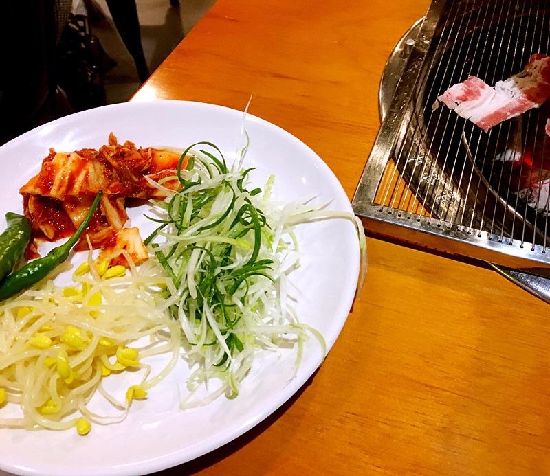 這家店的泡菜味道不錯哦~烤盤是網狀盤,有一點柔軟,比較好控制,火不是特別激烈的類型,不會很快糊掉。