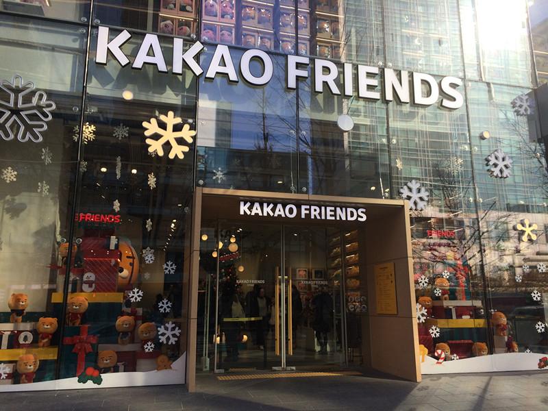 還有幾天就到12月了,走在韓國的街上,你會發現許多店舖都已經悄悄掛上了聖誕佈置,KAKAO FRIENDS Store 也不例外。