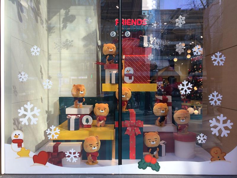 從門外廚窗一看,滿滿都是換上了聖誕裝的Ryan,真的好可愛,很想抱著他們渡過寒冷的冬季啊!