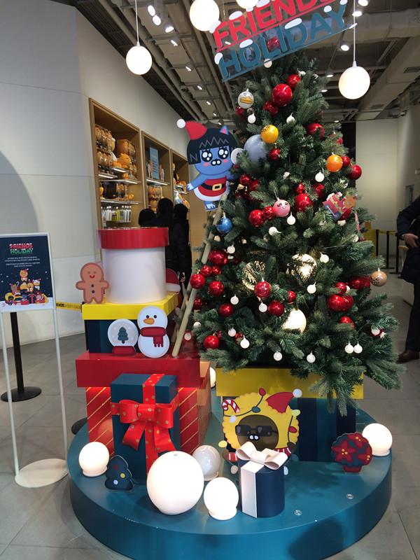 店內也放了聖誕樹,而且上面的小燈泡全都是KAKAO FRIENDS來的,雖然家裡沒有聖誕樹,但是買回家掛在牆上也不錯喔!