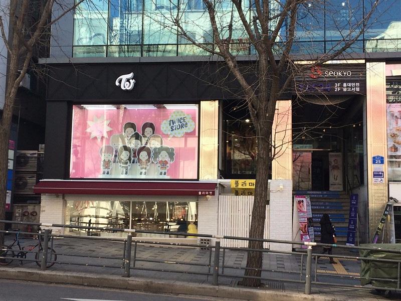 位於弘大的Twice Store剛剛於上星期開業,平日來潮聖的人還不算太多,但卻有很多韓國男粉絲前往,還看到身穿軍服的,看來Twice真的是軍人的精神糧食啊!