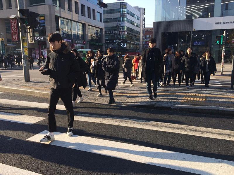 走在韓國的街上,你會發現大部分韓國人都身穿長身的羽絨,不管男還是女,誰都愛穿,就連韓星都一樣,所以你們就知道這個羽絨有多受歡迎吧!弱弱的一問,你們一定有看過TWICE穿過吧?!