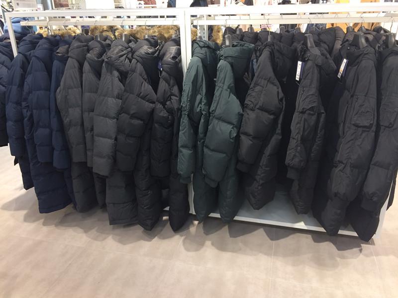 顏色的話可以選擇白色、軍綠色或黑色,但韓國人都喜歡買黑色,你看街上全都是黑色軍團就知道了,而且店裡主要陳列的也是黑色。