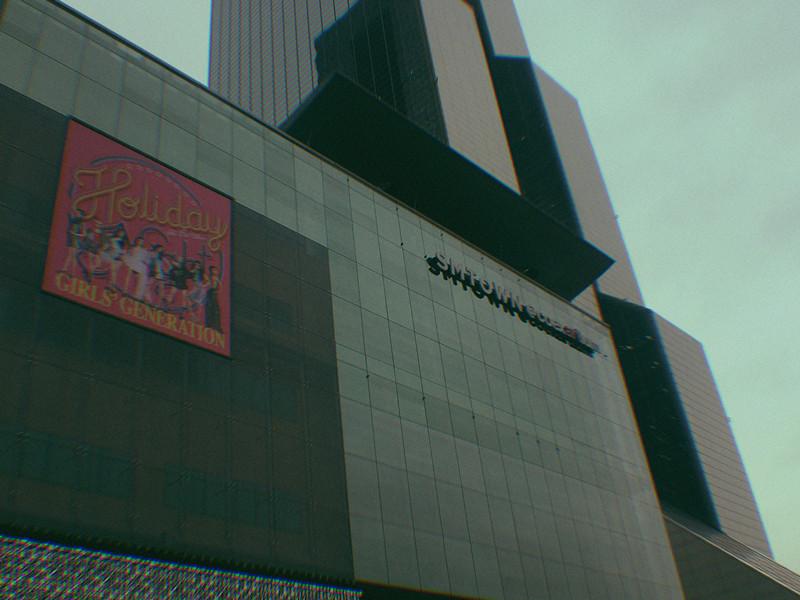 今天要介紹韓國經紀公司SMTOWN旗下的商店~這家位在首爾的江南區~在地鐵2號三成站的6號出口上來就能看到嘍~