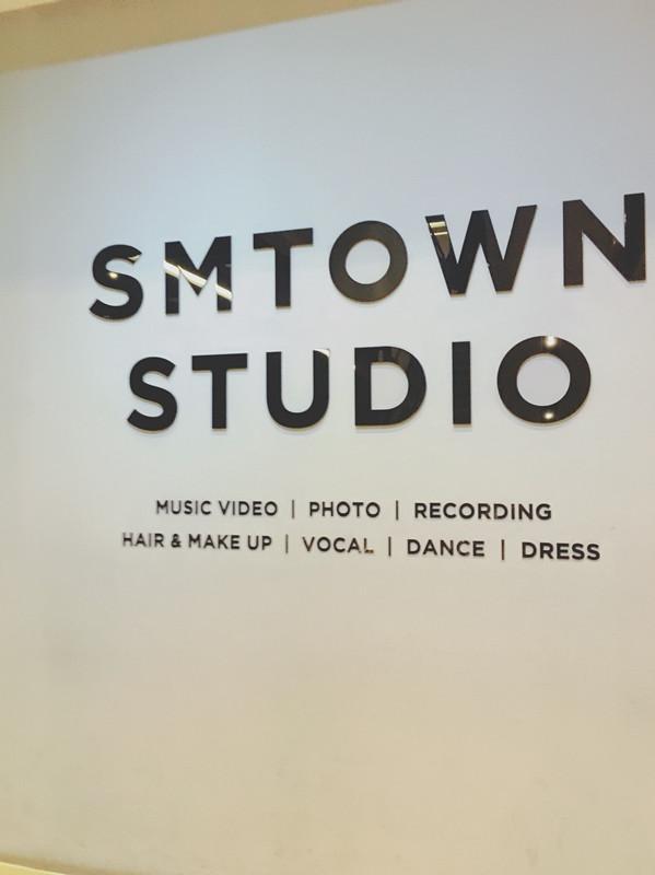 三樓就是藝人的錄音室和練習室及攝影棚~所以只能看看沒辦法輕易的進去參觀呢~