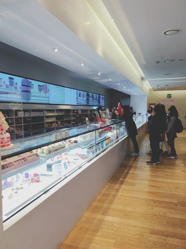四樓除了也有周邊商品外~這樓最吸引人的就是咖啡廳了~真的超多甜點真的會讓人為之瘋狂~