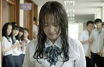 校園暴力事件在韓國層出不窮 許多電影、電視劇、歌曲都以對抗校園暴力為主題 反映了時事