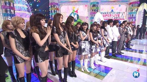 如果要說韓國和日本偶像的差異,不只在短短十年間經歷過哈日風和韓流的台灣粉絲很清楚,韓國偶像和日本人氣明星排排站,差異也能讓人一眼看出來!明明一樣長靴加俐落剪裁造型,少女時代就是看起來充滿Gril Crush,而身旁的AKB48光看雙馬尾的雙型就知道走清純可愛風