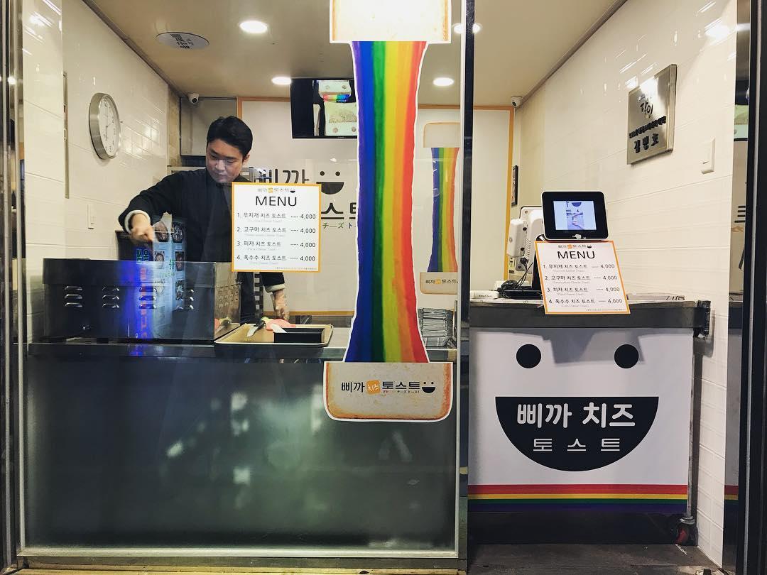 釜山除了有美麗的海景跟好吃的海鮮可以吃之外,最近也出現很多厲害的甜點店!最近在韓國網路上引起熱烈討論的就是這一家烤吐司專賣店!