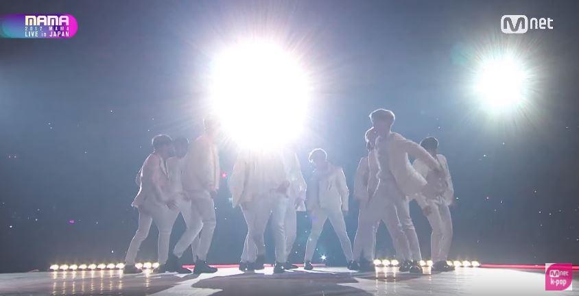 還有燈光效果雖然效果十足,但幾乎都看不到Wanna One成員... 小編以為電腦螢幕壞了???