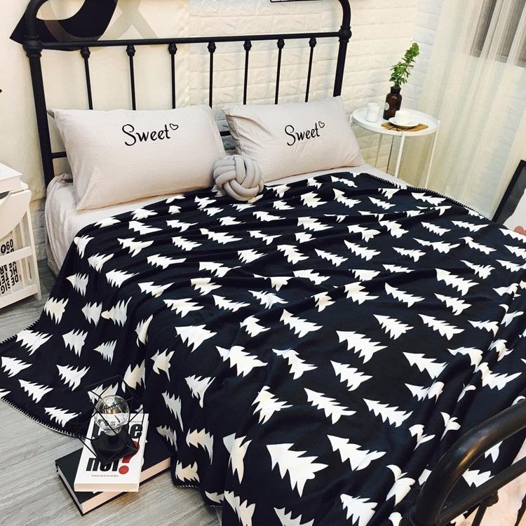 #毯子 看到毯子千萬別覺得它很貴啊!不少保暖毯都在300上下 ,看電視、玩電腦或者是唸書的時候根本就是必備品~而且花樣很多都很漂亮,送人真的超實用呢。