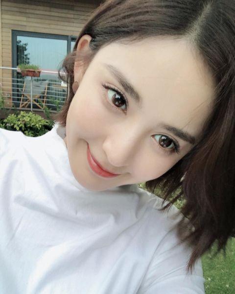 古力娜札MEBB眼妝重點:心機隱形內眼線 MEBB眼妝最重要的靈魂非隱形內眼線莫屬,內眼線能讓妳的眼神變的深邃有神,但有不會看起來太銳利,像是中國戲劇小花旦古力娜札,就善於利用內眼線,讓她大大的圓眼更顯無邪,建議可挑選眼線膠筆沿著睫毛的根部,將縫隙處補滿顏色,眼尾處只要微微的往下拉0.02mm,帶出眼型輪廓即可,就能讓眼神不經意的自然放電.