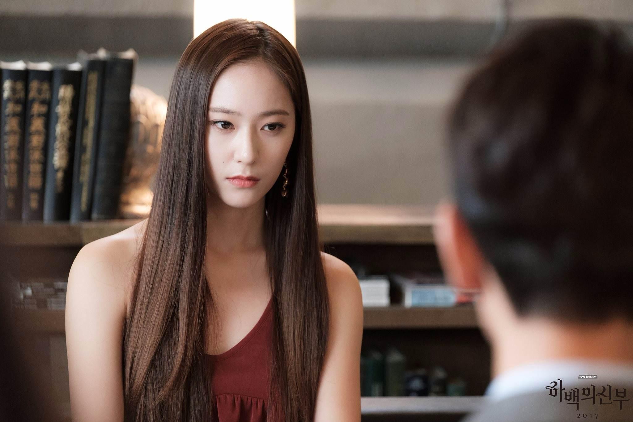 Krystal在結束《河伯的新娘》拍攝後馬上就投入新戲《機智牢房生活》的拍攝!!!