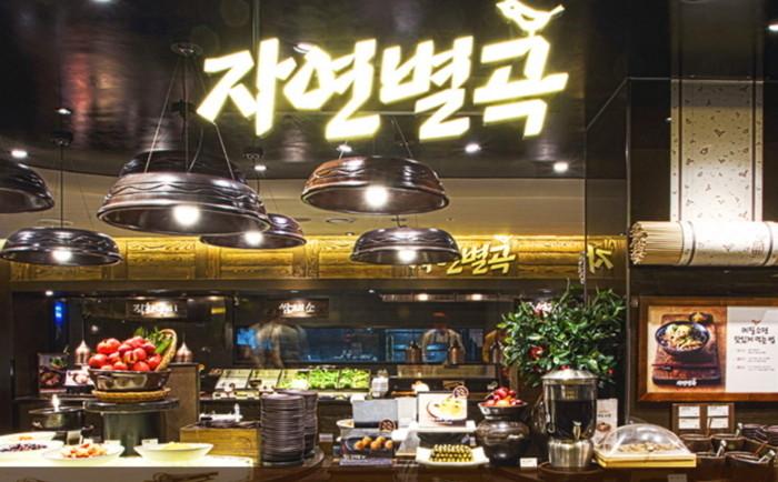 2、連鎖餐廳 一般可能會覺得餐廳的工讀生很辛苦,但連鎖餐廳的制服這一點對韓國高三生有很大的吸引力呢!