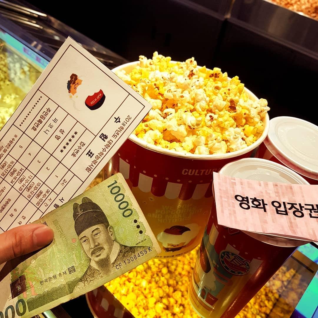 3、電影院 電影院工讀生在韓國高中生是夢想(?)之一,尤其是可以用員工價(?)看電影這一點真的很吸引人啊~