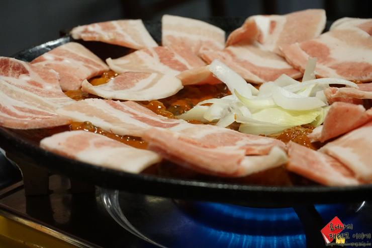 五花肉片放在小章魚上面等被炒熟~~~