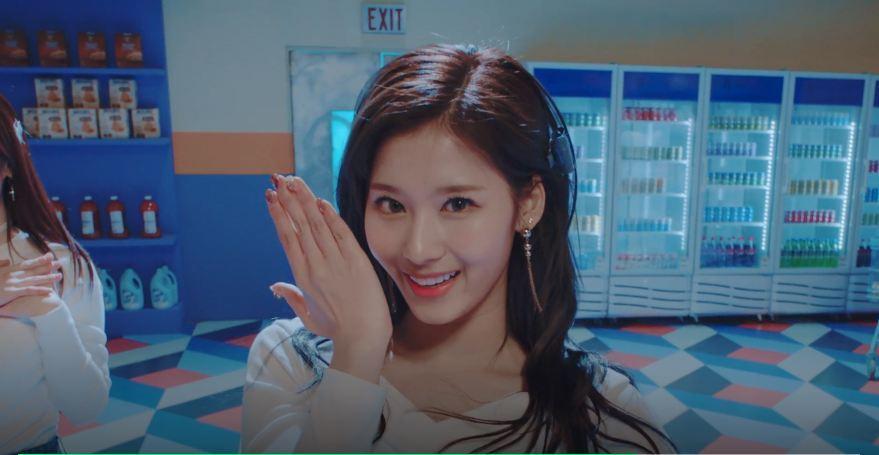 歌曲中間有要結束Sana抱著定延的動作,歌曲的最後Sana則是發揮她的wink魅力~~~先是特寫