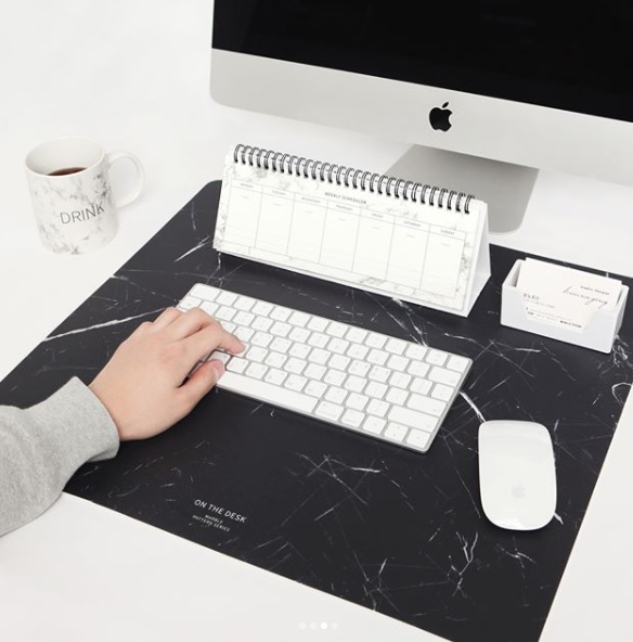 這個桌墊也是必買的單品啊~放在墊在鍵盤下,讓你工作的時候不會那麼痛苦XDD(絕對不是再說自己)