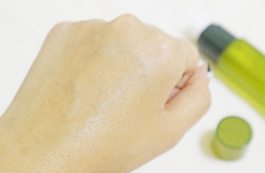 因為是噴霧的型態所以在肌膚上一點也不厚重油膩~保濕鎖水的同時還能有清爽的觸感!