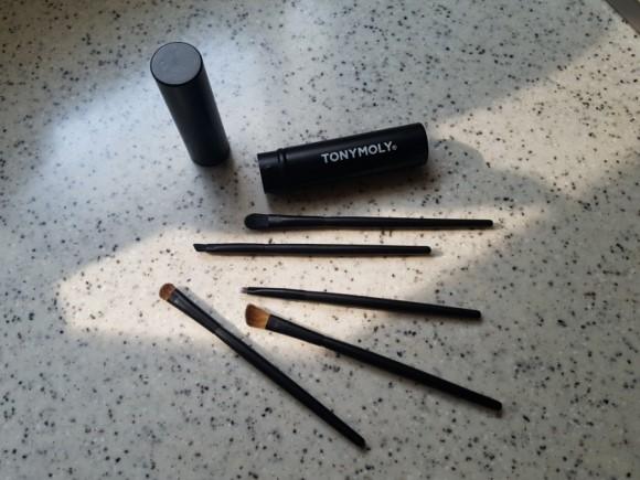 眼部工具 - 眼妝刷具組 所謂工欲善其事、必先利其器,把妝畫好、畫精緻總需要一些工具們,這組tonymoly的眼妝刷具組一組有五隻不同的刷具,一次幫你搞定整個眼妝!