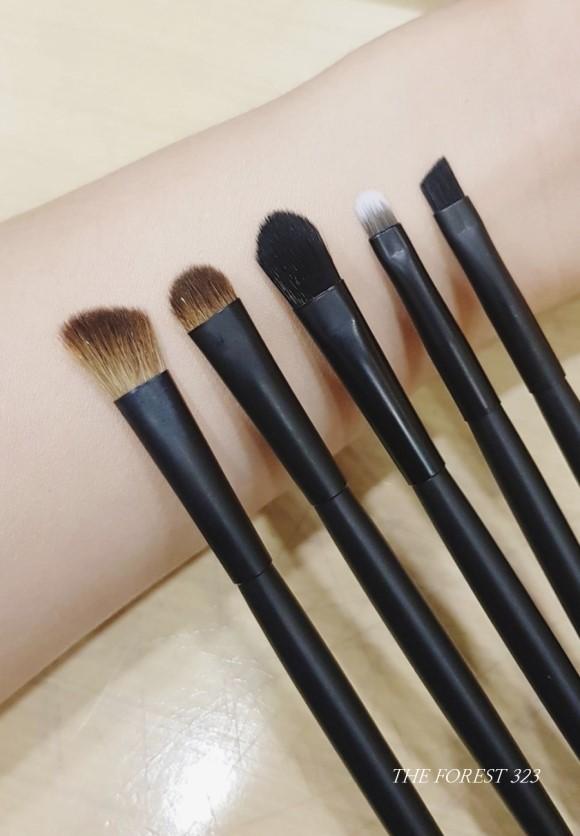 五支刷具由左到右分別是斜角鬆刷、眼影打底刷、眼影中刷、眼線刷與眉毛斜角刷,一組五支換算下來一隻的價格才七十元,CP值超高!