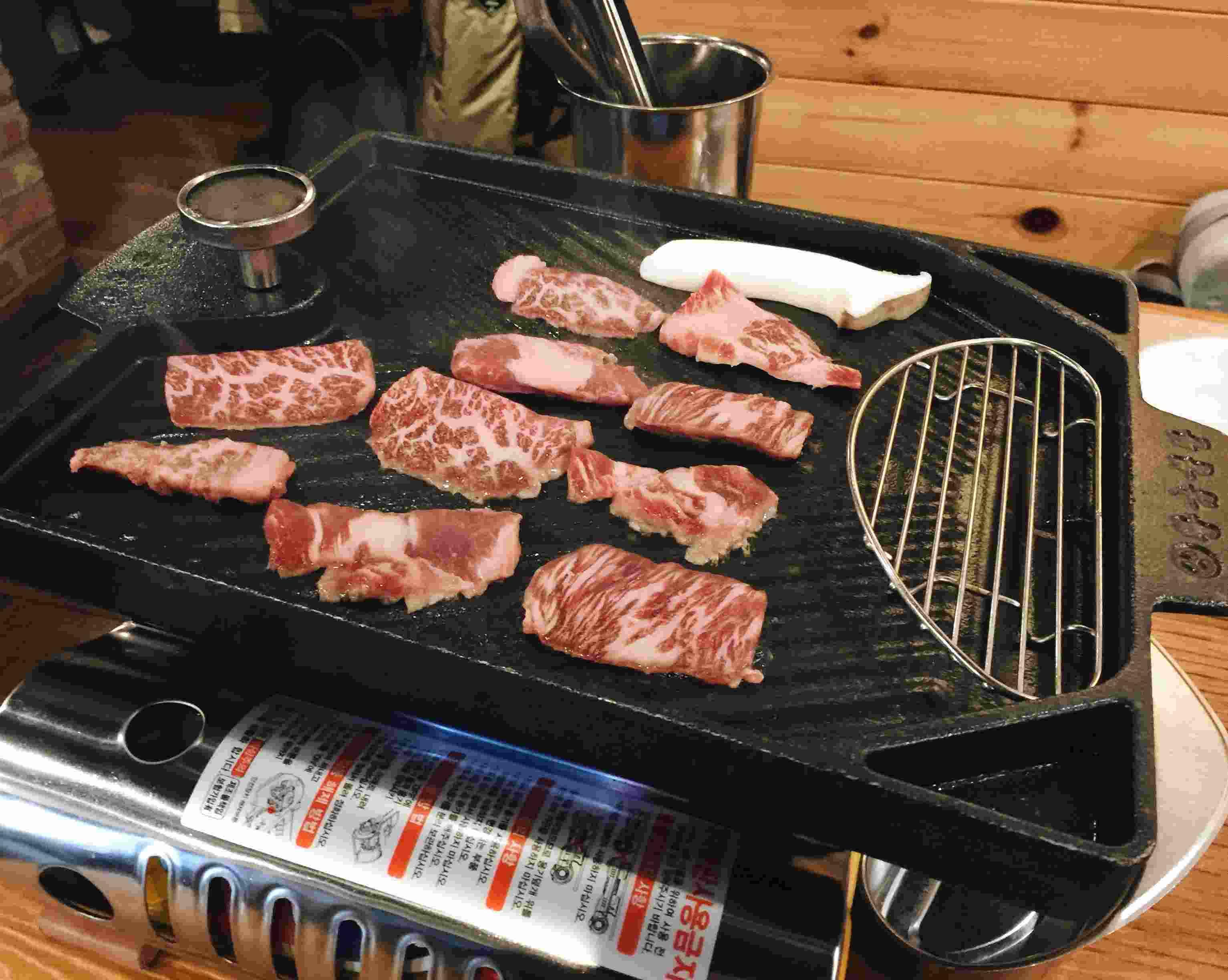 肉盤上了之後是由服務生來烤,這點真的很得小編的歡心,服務生會負責把肉排得很好烤得軟硬適中,客人只需要在旁邊猛拍照就可以了,超sweet