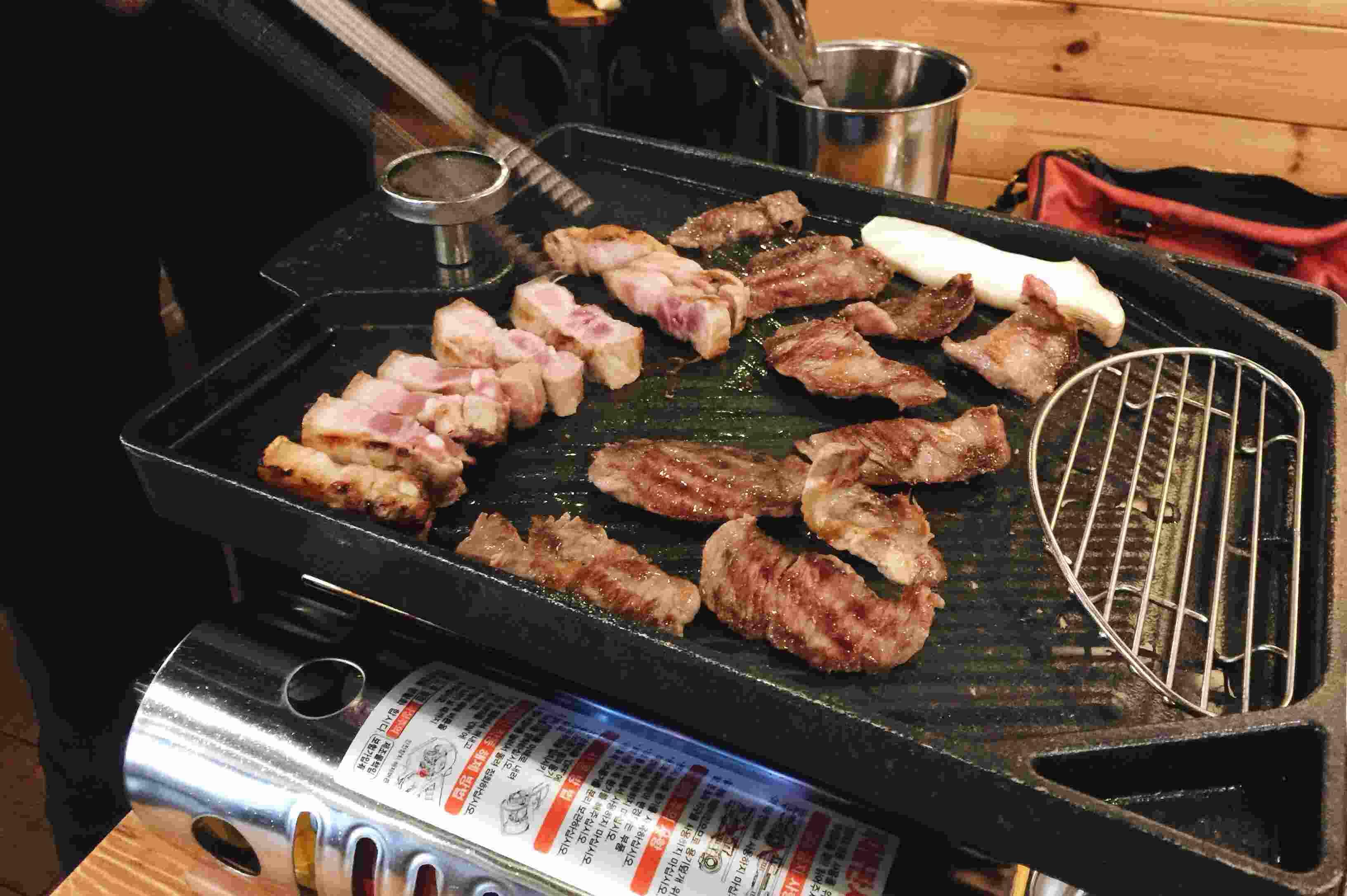 差不多快烤好了,右排是牛肉左排是五花肉,聞起來好香喔!~