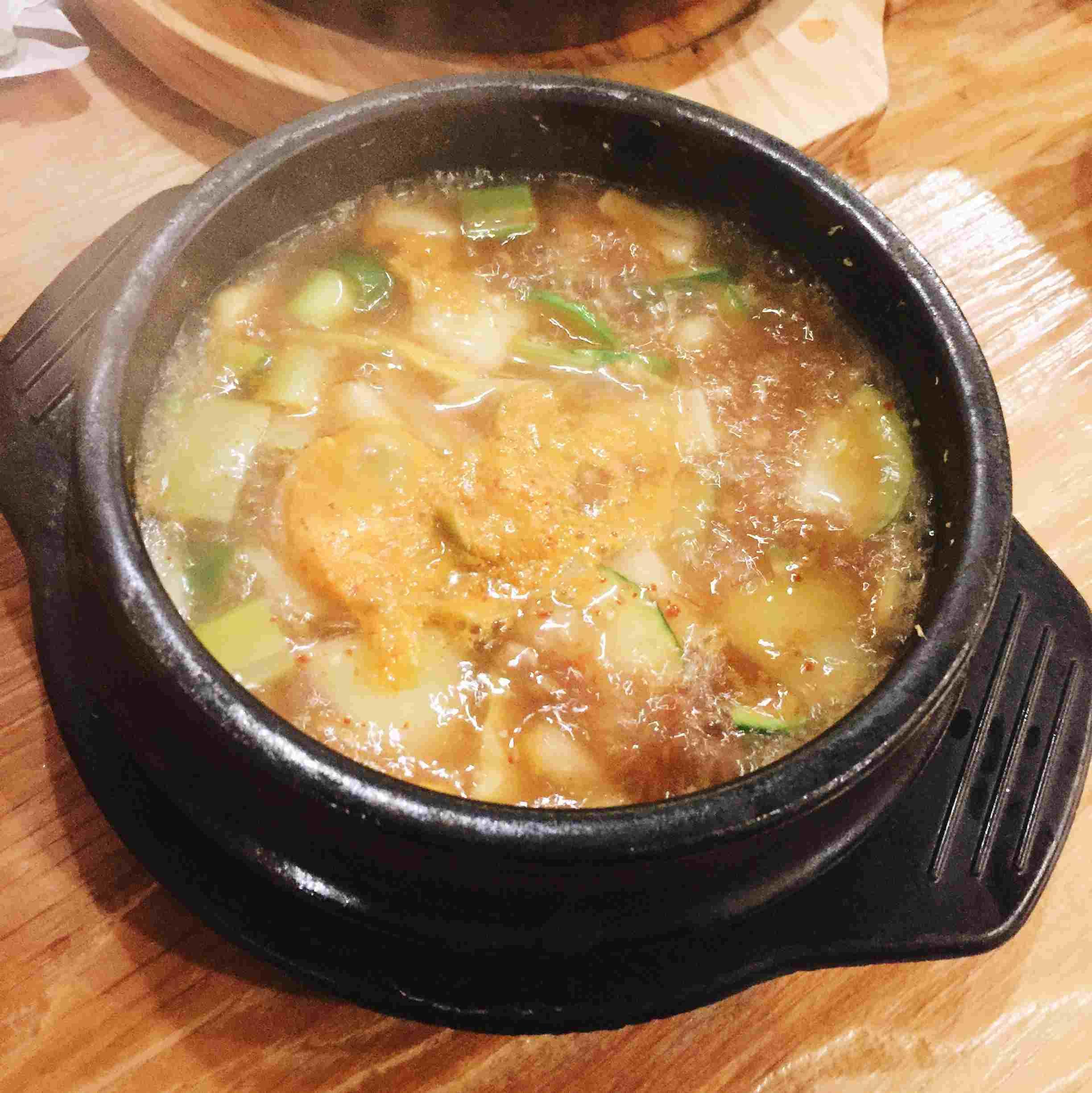 大醬湯有點鹹有點辣,好喝是好喝,但小編認為它比較適合和白飯配著一起吃