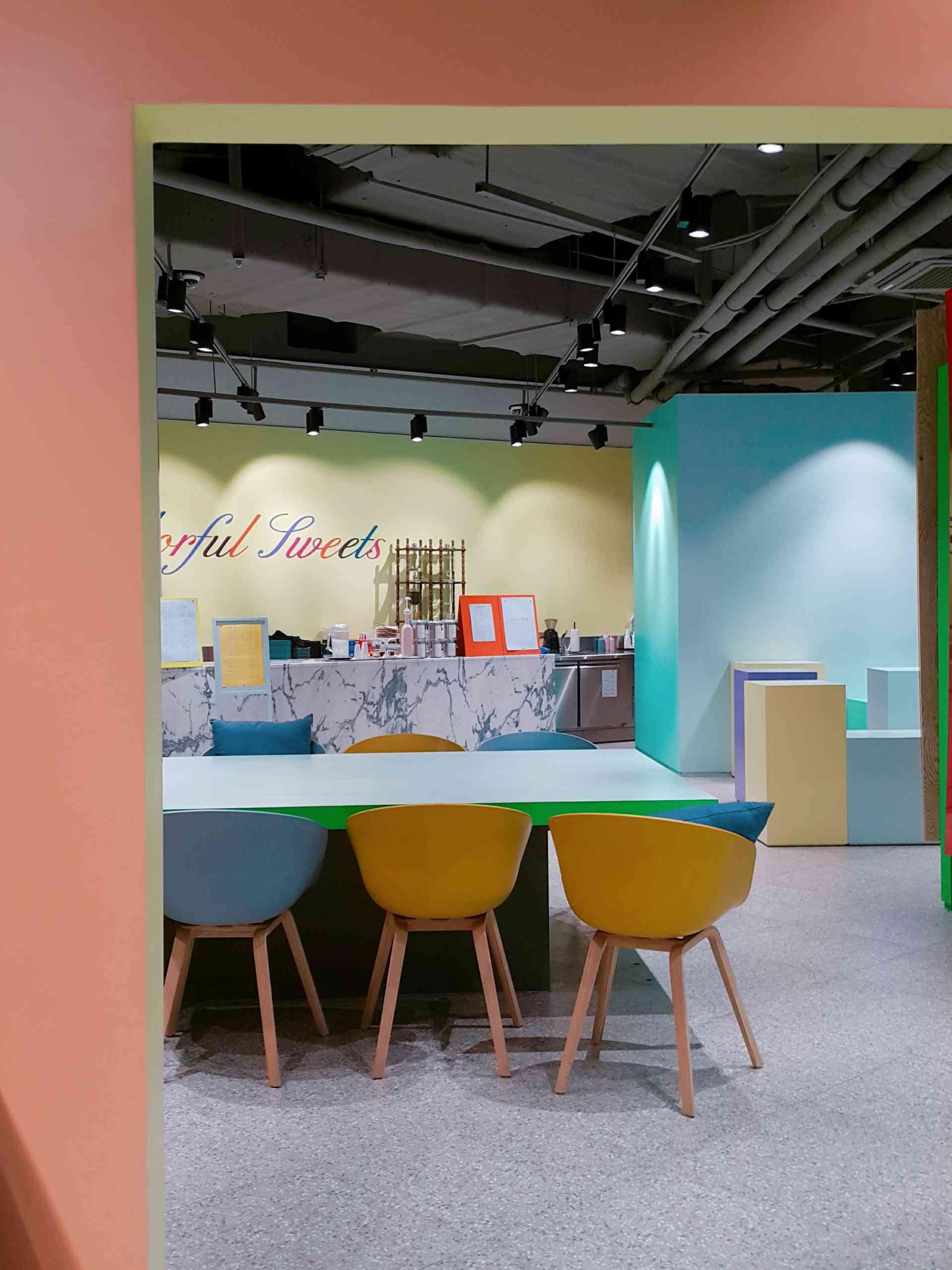 韓國近年出現了很多特色的咖啡聽,可是在傳統旅遊點之一的東大門卻甚少看到,所以今天要為大家帶大家DDP這個充滿時尚設計感的地方裡面的一家咖啡廳!