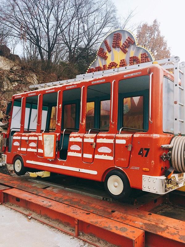 除了旋轉木馬,這架消防車的出現次數也很高,像是Crayon Pop的 빠빠빠(Bar Bar Bar)、Eric Nam x Red VelvetWendy合作的봄인가 봐 (Spring Love)也有出現過它的蹤影。