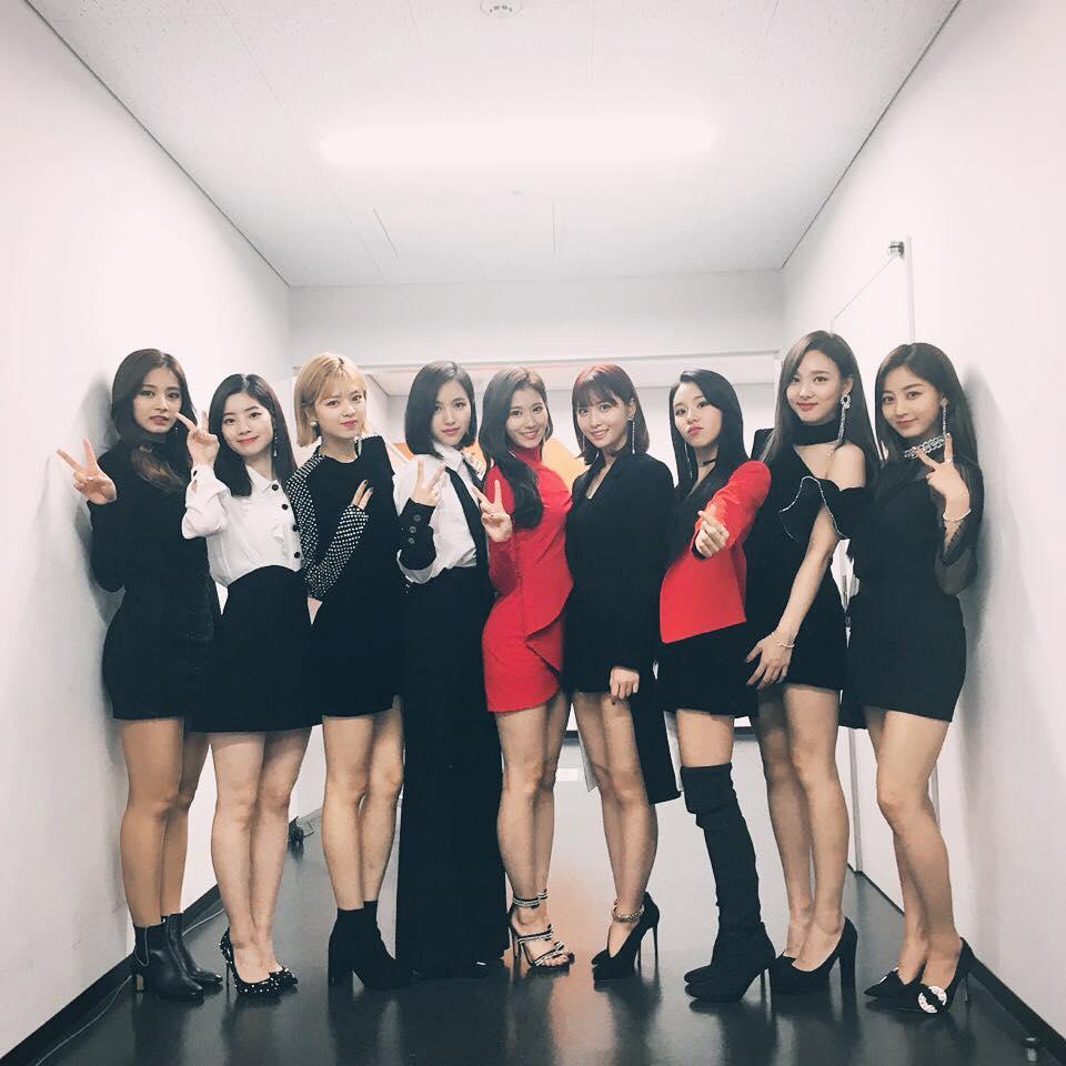 韓國不只演藝圈都是顏值高的歌手、演員等等 連不只老師都是高顏值 甚至還是明星臉