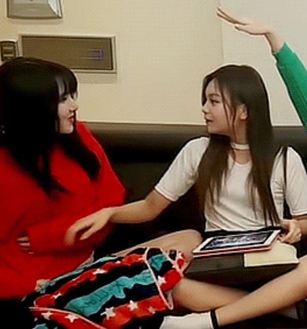 但...罪魁禍首的Umji卻渾然不知道發生甚麼事情(笑XD) 直到Yerin趕緊拉衣服時Umji才知道自己做了什麼,也趕緊立刻向Yerin道歉讓一旁的成員們也都笑翻了XDDD