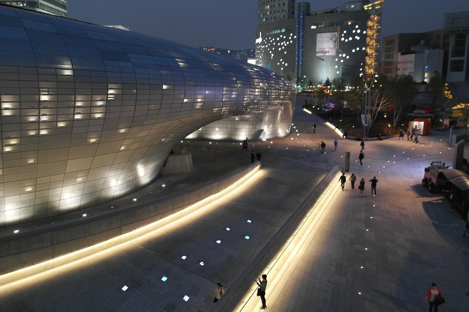 首爾是一個越夜越美麗的城市,白天城市的喧嘩一到夜晚,立刻轉變成華麗的氛圍!隨著年末逼近,韓國人開始籌備送年會的活動,送年會有點像台灣的尾牙~或是朋友聚會!