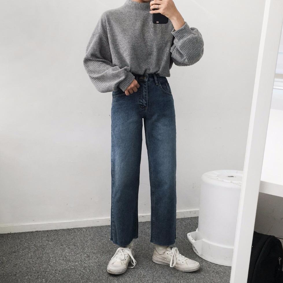 ▽配緊身牛仔褲 僅遵循「上寬下窄」的搭配原則,利用長板毛衣的寬鬆感,搭配緊身牛仔褲,在將褲頭的地方紮一點毛衣進去,就可以修飾身材囉!