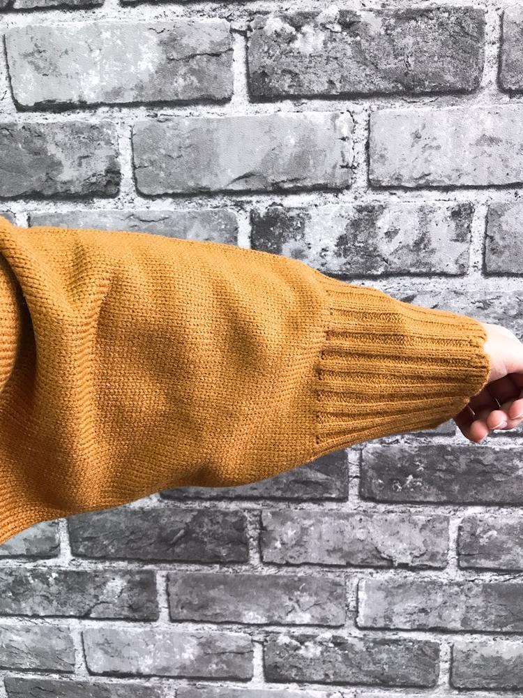 這張比較像真實的顏色喔!有點髒黃色的感覺,穿起來滿可愛的,但是設計的關係,如果不把衣服紮進褲頭裡,會讓人誤會你是不是懷孕XDD