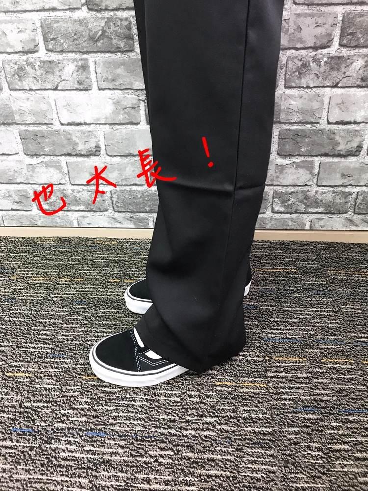 褲子版型不錯,以落地褲來看寬度也OK,只是對於小個子的歐膩來說是有點長,已經拖地了....但歐膩每次買褲子都會太長,所以這點不太在意喔!(有點可憐XDD)