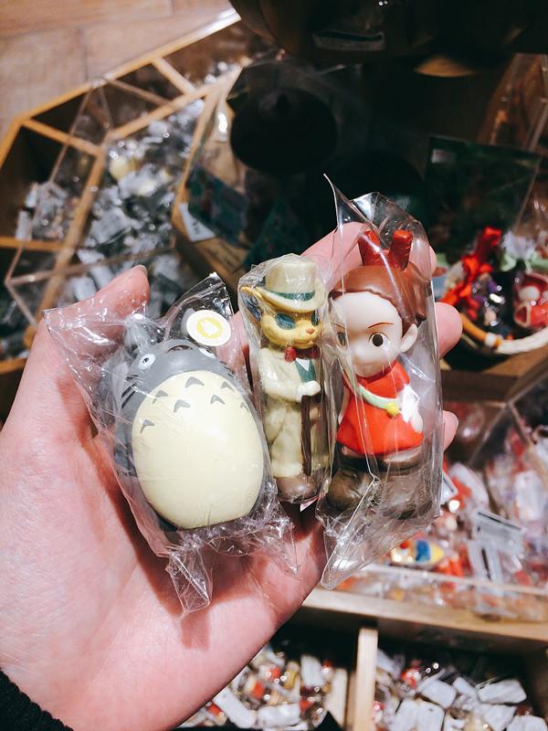 或是買這些小玩偶也好,這裡的種類很多,可以慢慢挑。