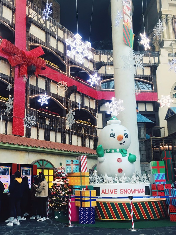 真的到處都充滿雪人呀,房子也被裝飾成禮物的樣子。