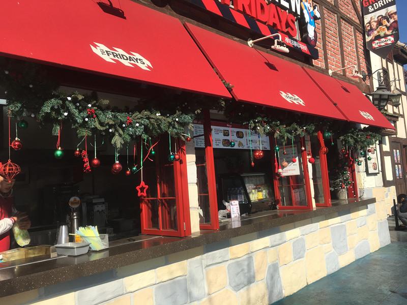 連餐廳都有聖誕節裝飾!!Fridays有販賣聖誕節餐,肚子餓的話不妨來嚐嚐喔(當然還可以拍照)