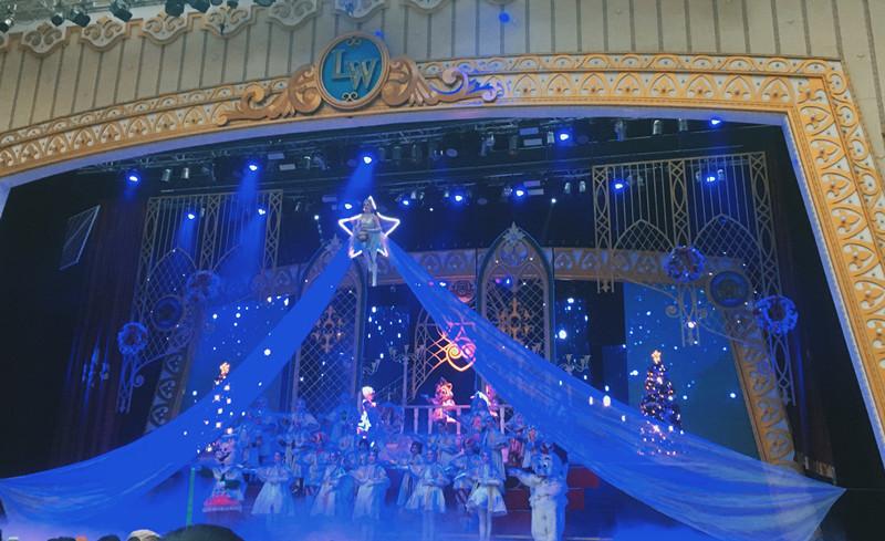 當然也不能錯過定時公演啊!冬季的音樂劇也是聖誕節主題呢!
