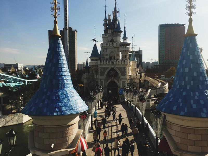 而樂天世界也有戶外部分,一出去就有漂亮的城堡迎接妳進入另一個好玩的世界。