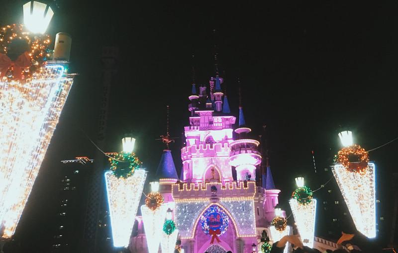 特別的是,晚上六點過後會有燈光投影,讓城堡看起來更漂亮了!